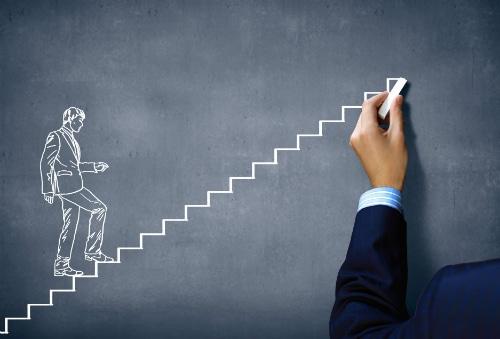 Развитие и движение по лестнице на доске нарисовано мелом